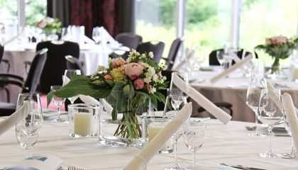 Weiße Tischdecke und feines Geschirr für Feierlichkeiten