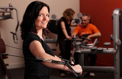 Frau trainiert mit Sportgerät