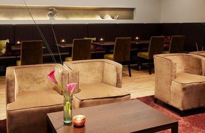 Sofa und Tisch in einer Lounge