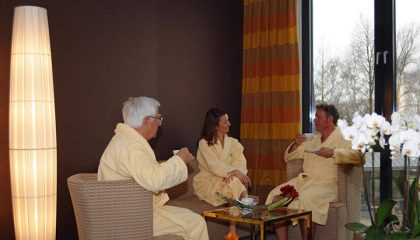 Mensche in weißen Bademänteln entspoannen im Spa
