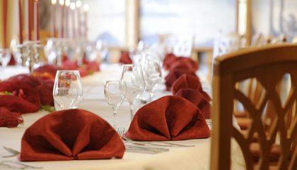 Tisch mit roten Servietten in der Nahaufnahme