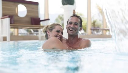 Mann und Frau genießen einen Pool