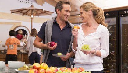 Paar steht am Obstbuffet