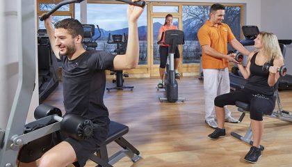 Menschen trainieren an modernen Sportgeräten