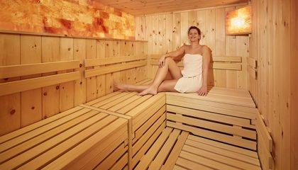 Frau entspannt in Sauna
