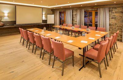 Tagungsraum mit zahlreichen Sitzplätzen