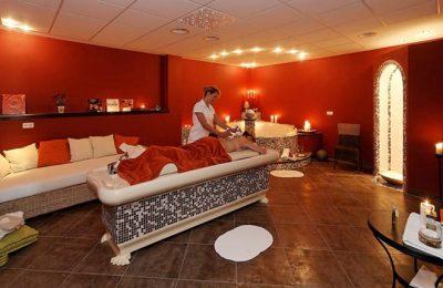 Frau erhält ayurvedische Massage