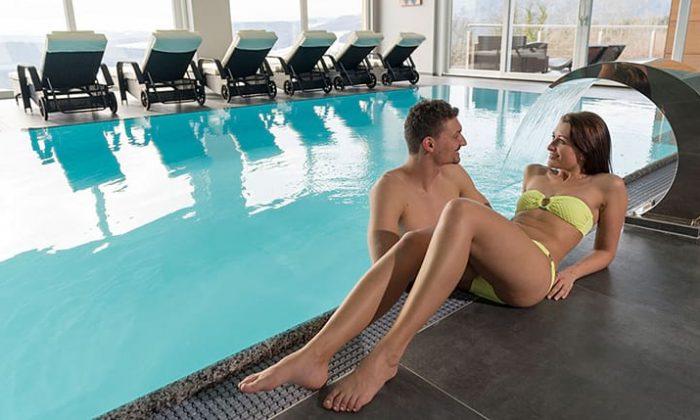 Paar entspannt am Relaxpool