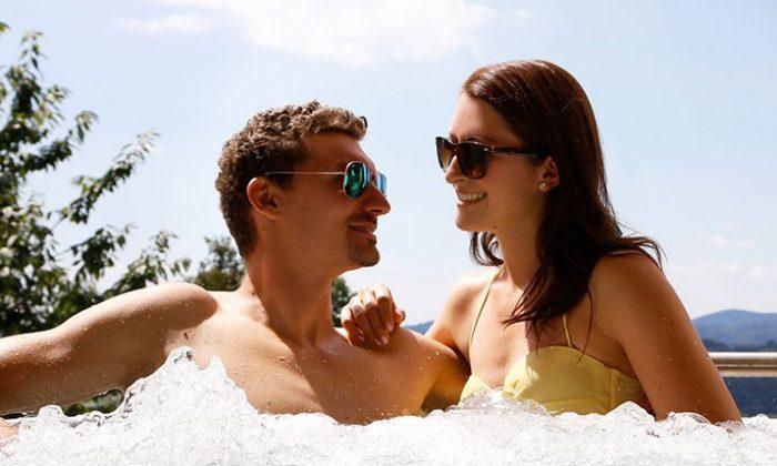 Paar genießt gemeinsame Zeit im Whirlpool