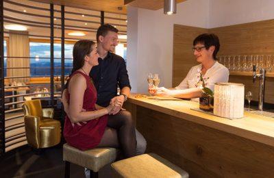 Paar an der Bar mit Baarkepper