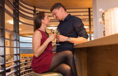 Paar genießt Drink an der Bar