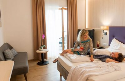 Paar entspannt im Doppelzimmer
