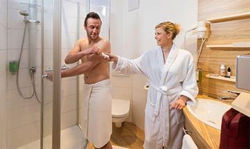 Mann und Frau im Bad im Doppelzimmer