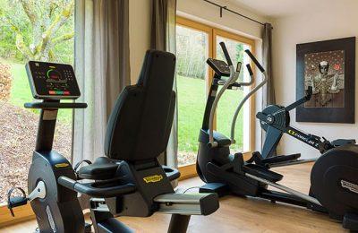 Moderne Sportgeräte im Fitnesscenter