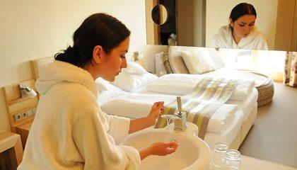 Frau macht sich Frisch im Bade vom Kuschel Doppelzimmer
