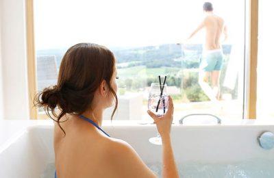 Frau mit Sekt in der Badewanne
