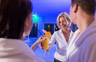 Paar bekommt Cocktail serviert
