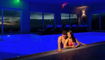 Paar badet im Pool