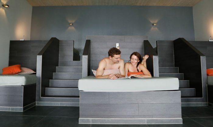 Paar entspannt im Ruheraum