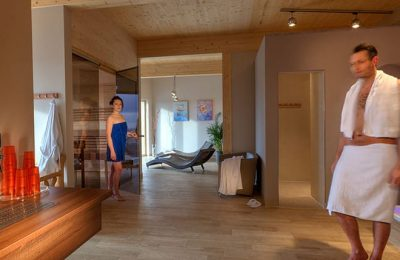Mann und Frau im Saunabereich