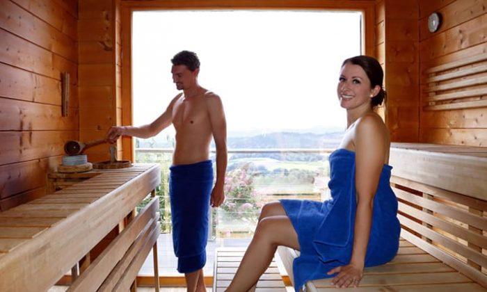 Paar in blauen Handtüchern genießt Saunagang