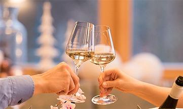 Menschen stoßen mit Weingläsern an