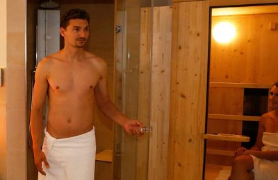 Mann kommt aus Infrarotkabine der Wellness Suite