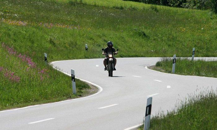 Motorradfahrer auf kurviger Straße