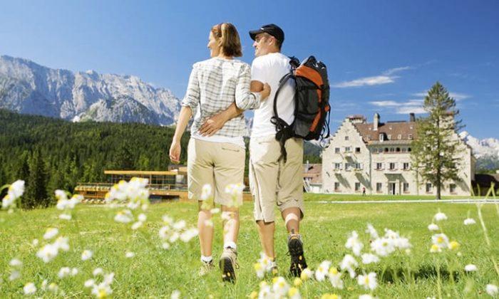 Paar wandert rund um das Hotel Das Kranzbach