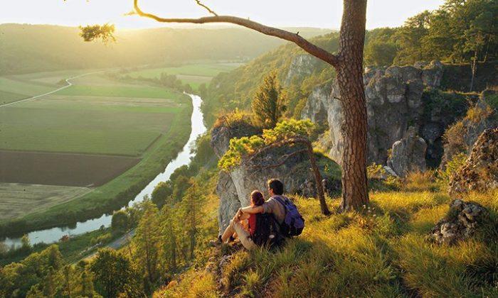 Paar macht Pause beim Wandern durch das Altmühltal