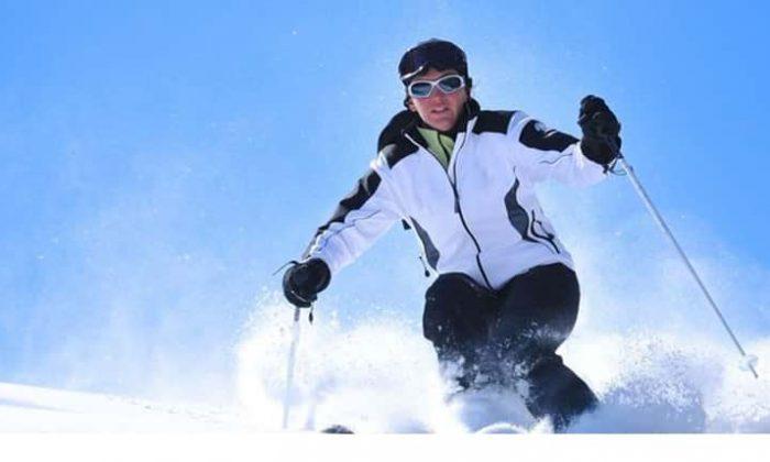 Frau fährt Skia