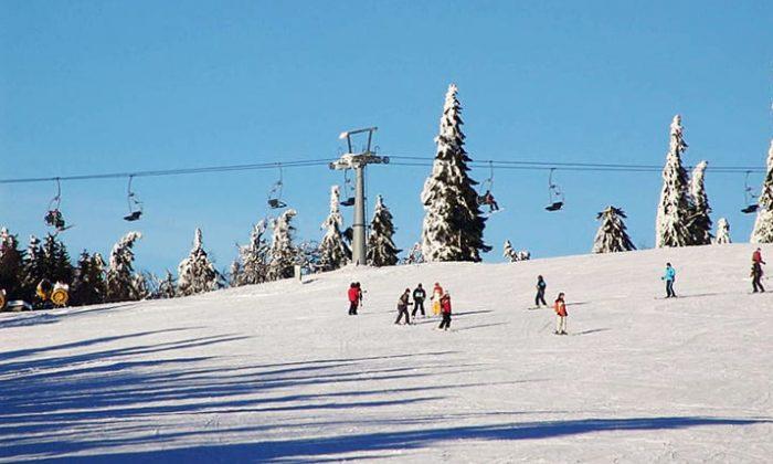 Wintersportler und Sessellift