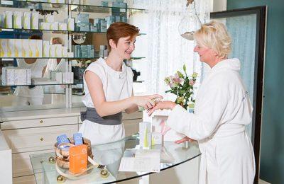 Frau lässt sich im Beautyladen beraten