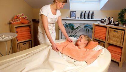 Frau erhält Behandlung in der Softpackliege