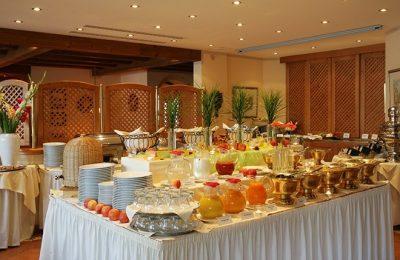 Abwechslungsreiches Buffet mit Frühstückszutaten