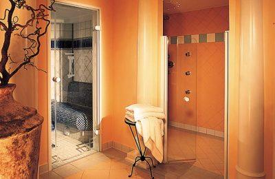 Orange leuchtende Dampfsauna