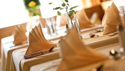 Servietten und Teller in der Nahaufnahme
