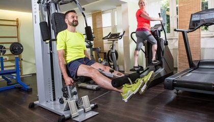Menschen trainieren an Sportgeräten
