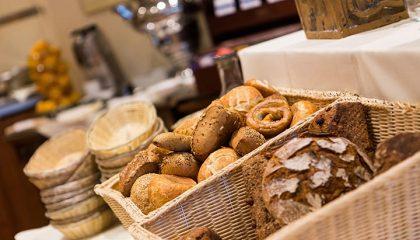 Eine Auswahl Brot und Brötchen