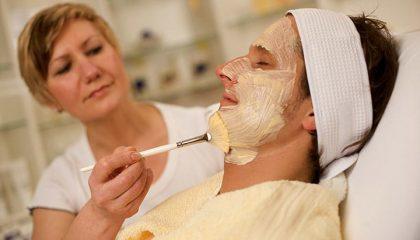 Mann erhält Gesichtsmaske