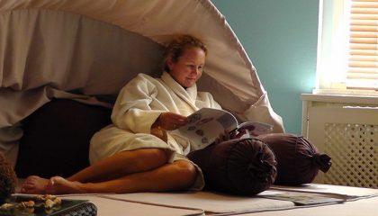 Frau relaxt in Liegemuschel