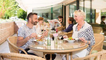 Paar genießt Mahlzeit auf der Terrasse
