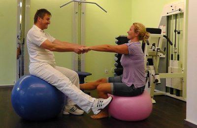 Frau macht zusammen mit Therapeut Übungen