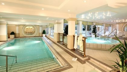 Hauseigene Therme mit Pool und Whirlpool
