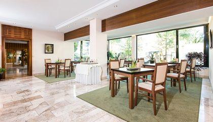 Tisch und Stühle for Glasfassade