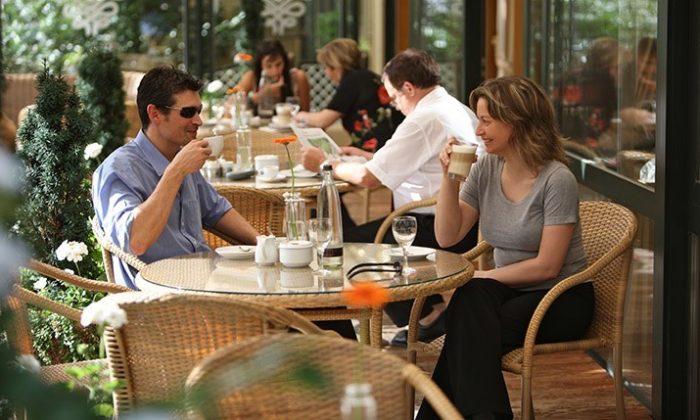 Paar trinkt Kaffee auf der Terrasse
