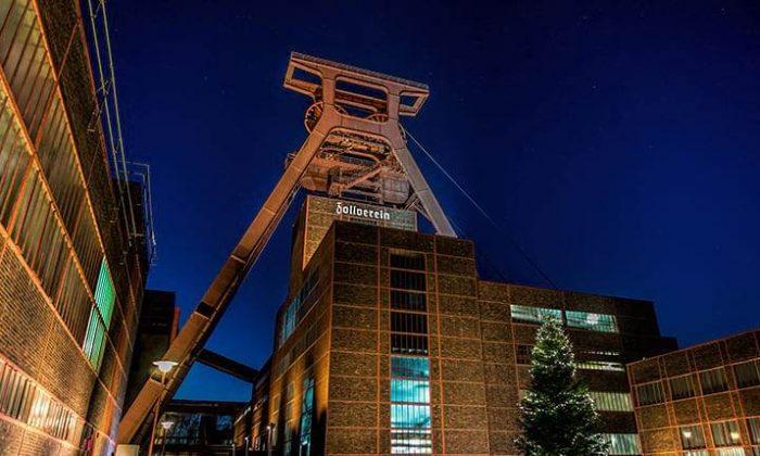 Beleuchtete Zeche Zollverein am Abend