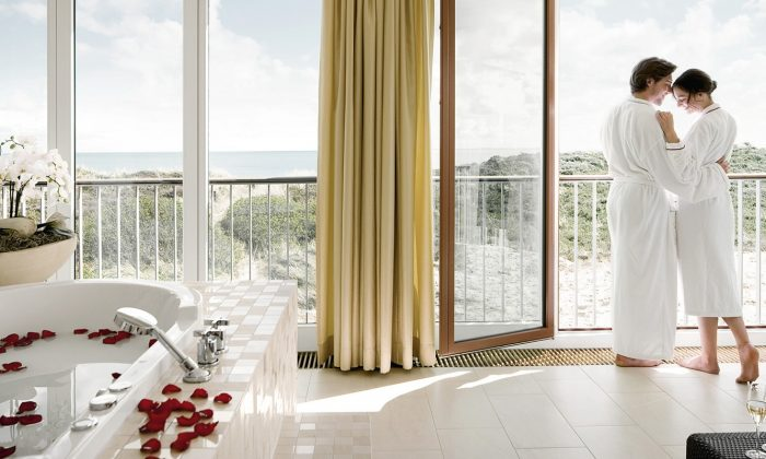 Paar in weißen Bademänteln genießt Ausblick auf Sylt