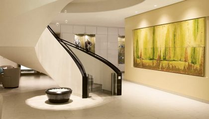 Empfang im Spa Bereich mit runder Treppe