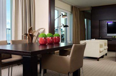 Wohnraum mit Tisch in der A-ROSA Suite